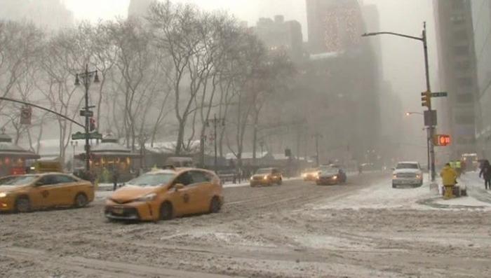 В Нью-Йорке ввели чрезвычайное положение из-за снежного шторма