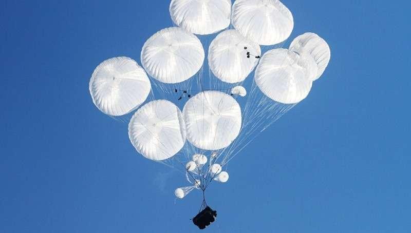 Сравнительный анализ вооружений: какая боевая техника не боится «прыгать» с парашютом?