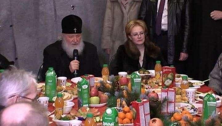 Главпоп всея Москвы Кирилл Гундяев рассказал бездомным о своей бедности