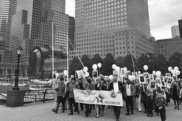 США. Нью-Йорк. 7 мая. Участники акции памяти «Бессмертный полк» в преддверии празднования Дня Победы
