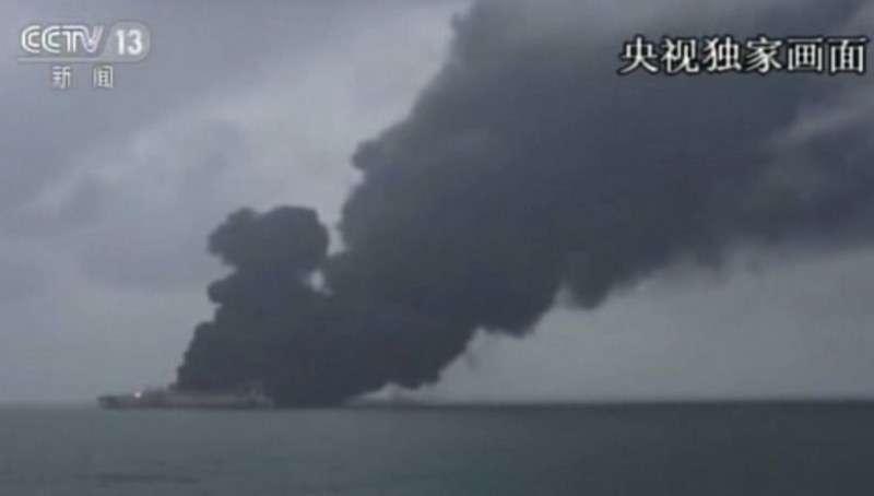 На горящем танкере у побережья Китая возможен взрыв нефти