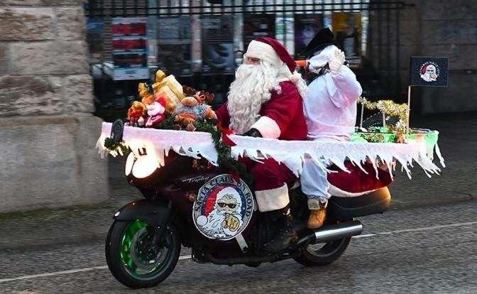 На фото: участники «Берлинского рождественского велосипеда» проезжают по мосту Обербраум. Байкеры посещают социальные учреждения, доставляя пожертвования во время их поездки в оба конца по городу, Берлин, Германия