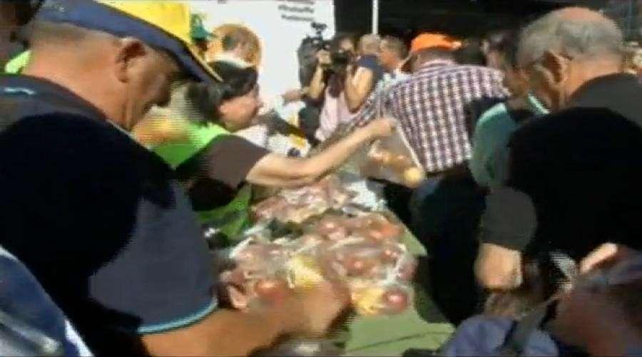 Последствия санкций: в Мадриде фермерам пришлось бесплатно раздать тысячи тонн продукции