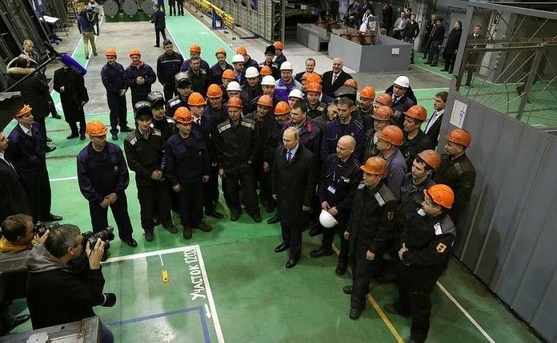 Вовремя беседы срабочими Тверского вагоностроительного завода.