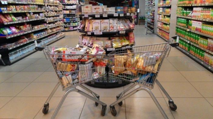 Уфимские активисты набрали полную тележку просроченных товаров в супермаркете