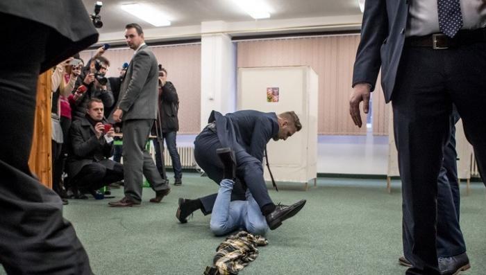 Дикая укро-африканка напала на президента Чехии