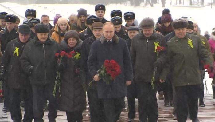 Владимир Путин возложил цветы к «Рубежному камню» в Ленинградской области