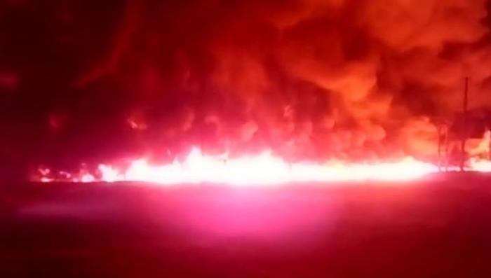 Пожар на нефтепроводе в Саратовской области: вытекло 2 тыс кубов нефти, сгорели жилые дома