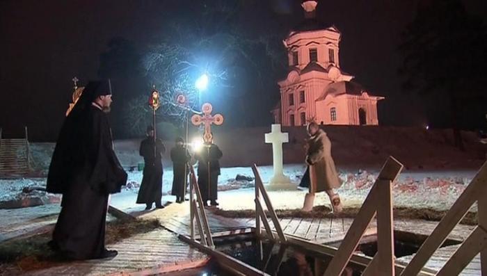 Владимир Путин поучаствовал в крещенских купаниях на озере Селигер