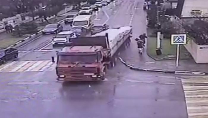 Геленджик. Грузовик без тормозов разгромил улицу и едва не убил пешеходов