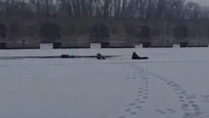 Тольятти: полицейский спасает ребёнка провалившегося под лед