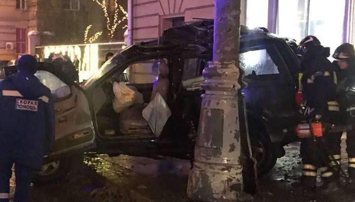 В Москве автомобиль влетел на остановку и убил человека, в багажнике обнаружили труп