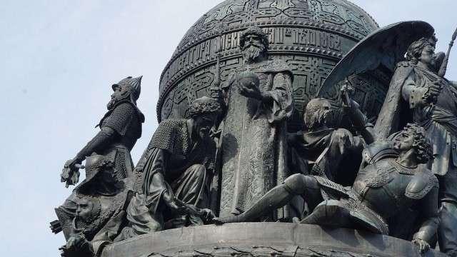 Фигура Ивана III на памятнике «Тысячелетие России» в Великом Новгороде