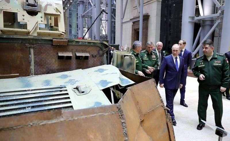 Президент осмотрел тематическую выставку, приуроченную кпроведению военно-практической конференции поитогам спецоперации вСирии.