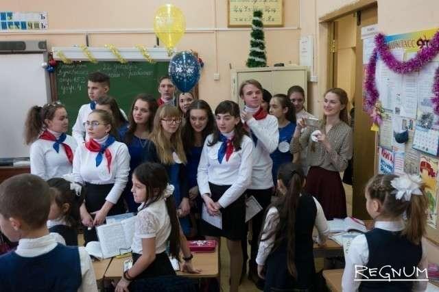 Ребят приветствуют малыши в московской школе