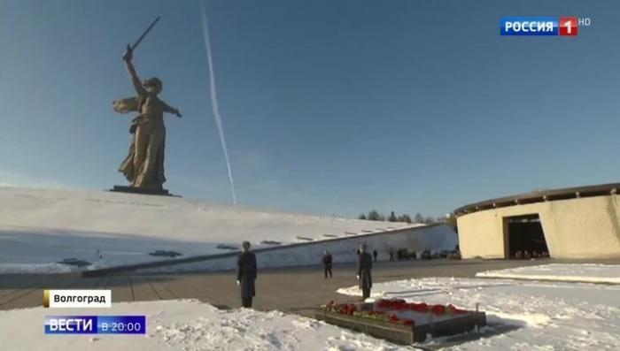 Владимир Путин на Мамаевом кургане поклонился героям Сталинградской битвы