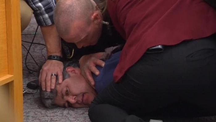 США. На растлителя дочерей-гимнасток напал их отец во время судебного заседания