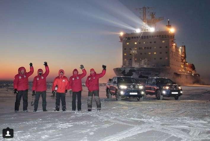 Это Россия! Атомный ледокол «подбросил» горе-путешественников до порта
