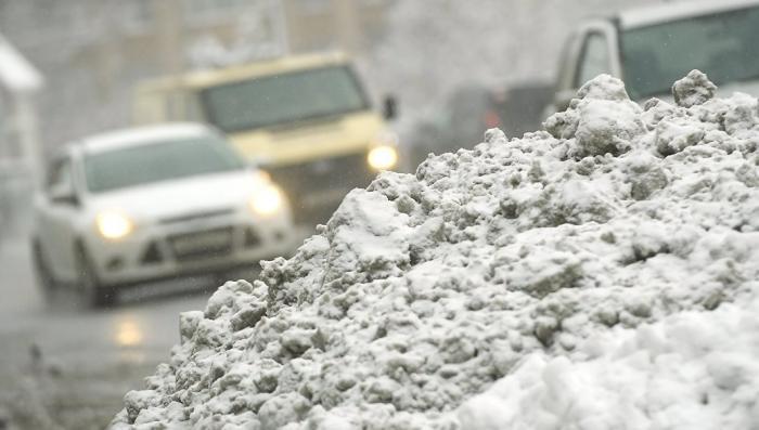 Москвичи, чтобы не замерзнуть выталкивают автобус из сугроба