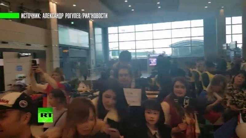 Российских хоккеистов встретили в аэропорту Пхёнчхана гимном и флагами РФ