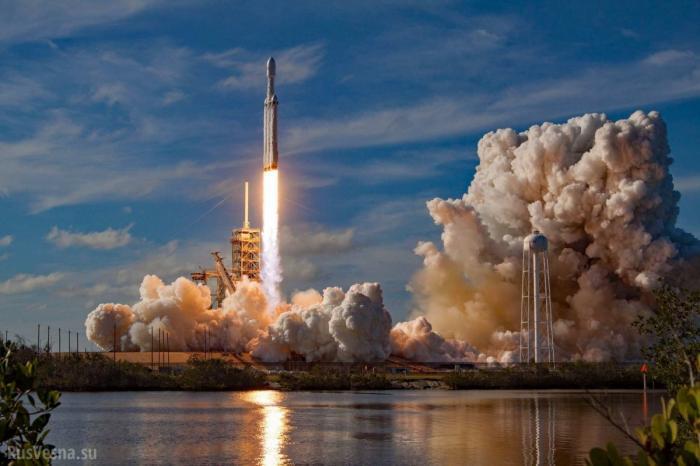 В Роскосмосе назвали рекламным ходом запуск Tesla на орбиту