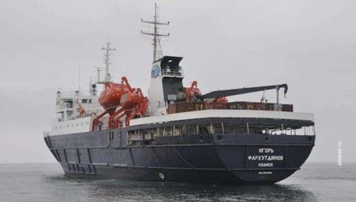 Во льдах Охотского моря застрял пассажирский теплоход «Игорь Фархутдинов»