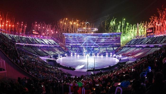 Американский болельщик поддержал Россию, развернув российский флаг на открытии Олимпиады
