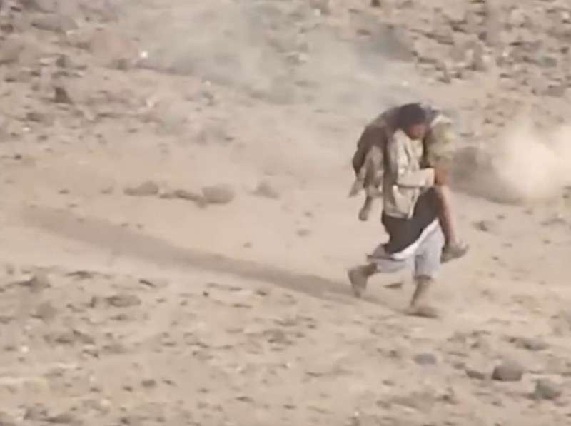 Война в Йемене: спасение раненого товарища