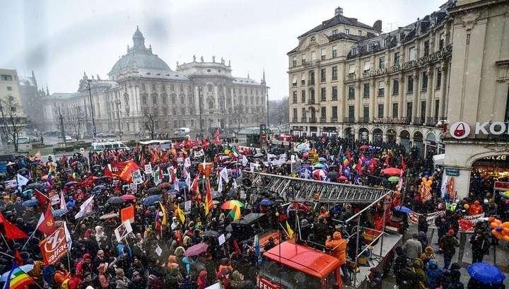 В Мюнхене на протест вышли более 2 тысяч человек с требованиями распустить НАТО