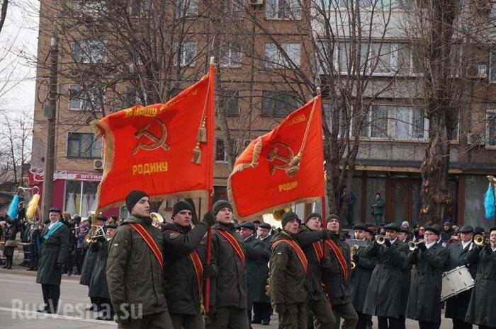 В Кривом Роге нацгвардейцы Украины вышли напарад сзапрещенными красными флагами