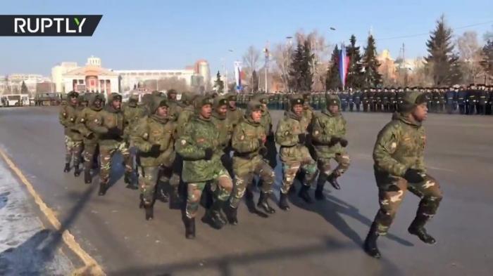 По Омску прошли «зажигательным» маршем военные из Анголы