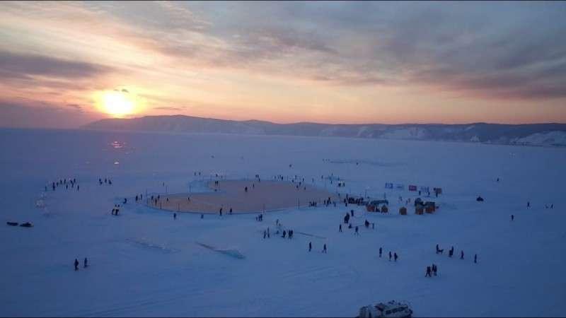 Каток в форме сердца на льду самого глубокого озера в мире на Байкале