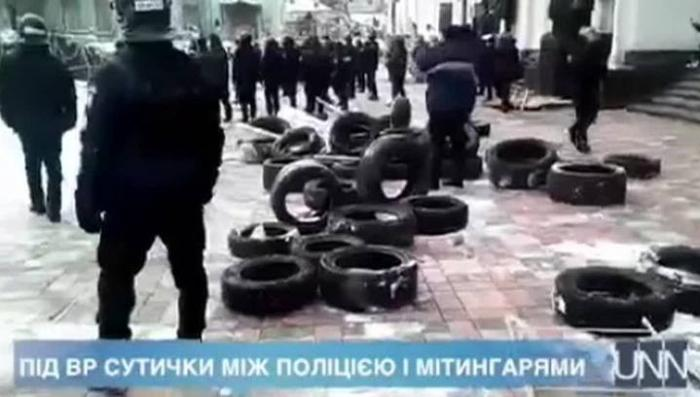 Перед Верховной Радой сторонники клоуна Саакашвили побили полицейских