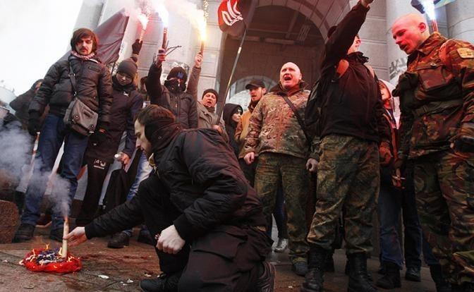 Петя Порошенко оденет гопников в камуфляж и назовёт этот сброд «солдатами удачи»