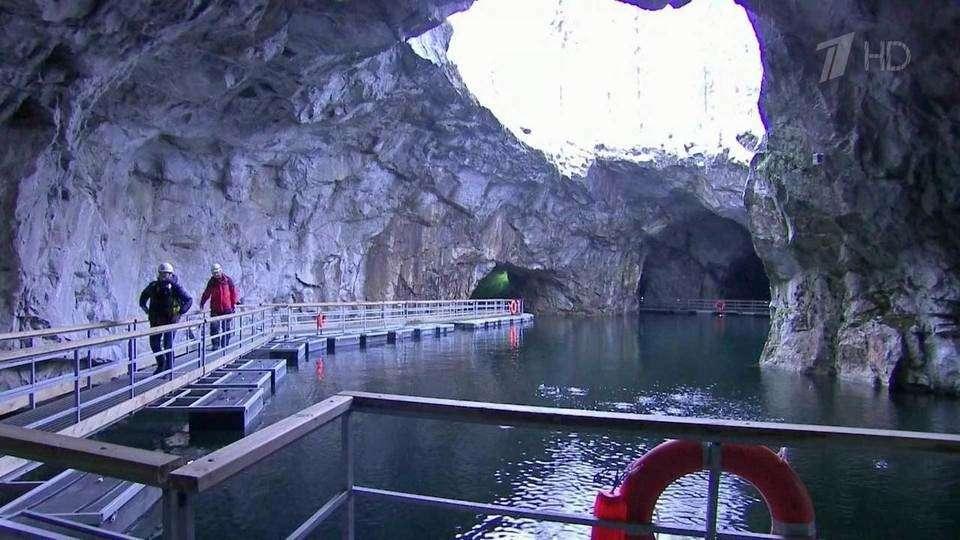 В Карелии удивительные пещеры Рускеальского месторождения завлекают туристов со всего мира
