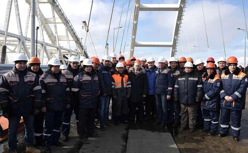 Состроителями Крымского моста.