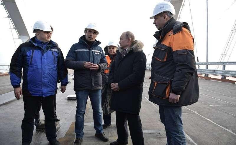 Вовремя осмотра готового участка автодорожной части Крымского моста.