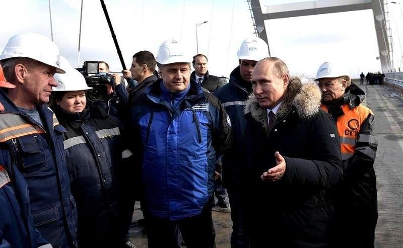 Вовремя осмотра готового участка автодорожной части Крымского моста. Беседа состроителями.