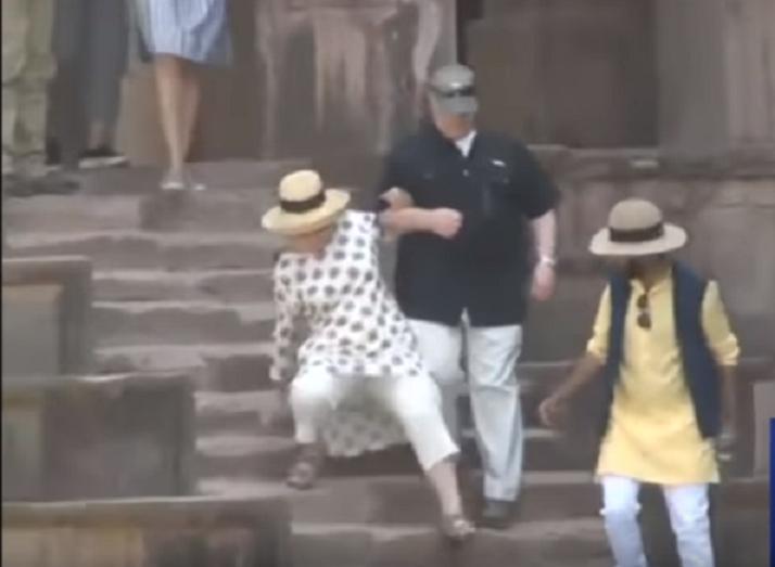 Хиллари Клинтон вернулась калекой из поездки по Индии
