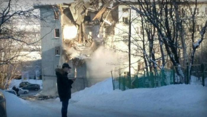 Мурманск. Обрушилась часть многоэтажки после взрыва, вроде бы, газа