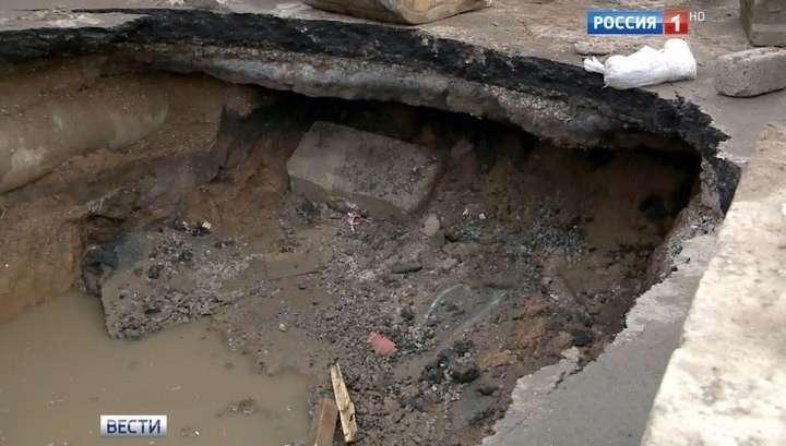 В Москве провалился в яму туристический автобус