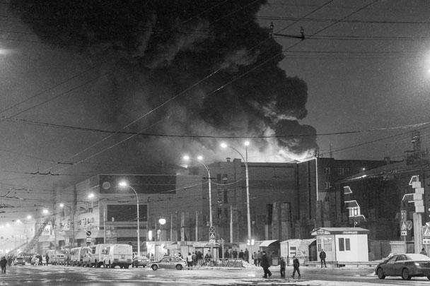 Пожар, начавшийся с детской комнаты расположенного в Кемерове ТЦ «Зимняя вишня», привел к трагедии. Более 30 человек погибли, около 70 числятся пропавшими без вести, большинство из них дети. Объявлен режим чрезвычайной ситуации