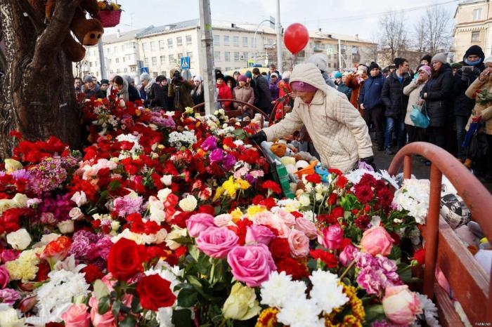 Владимир Путин возложил цветы к мемориалу у сгоревшего ТЦ в Кемерово