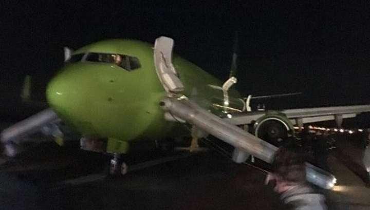 Пассажир снял экстренную эвакуацию из задымившегося самолета в Домодедове