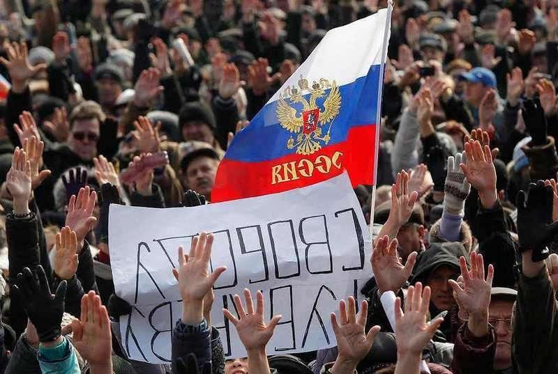 На здании СБУ в Донецке украинский флаг заменили российским