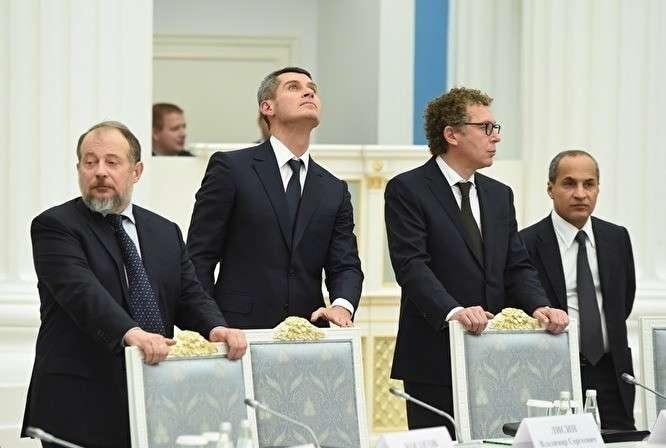 Зиявудин Магомедов (второй слева) на встрече Владимира Путина с бизнесменами в Кремле