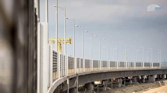 Крымский мост на финишной прямой: вдоль автотрассы устанавливают шумозащитные экраны