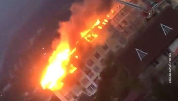 В Сочи горит жилая многоэтажка, огонь с крыши опускается на нижние этажи