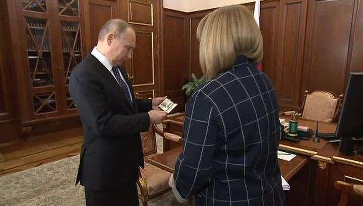 Глава ЦИК вручила Владимиру Путину новое президентское удостоверение
