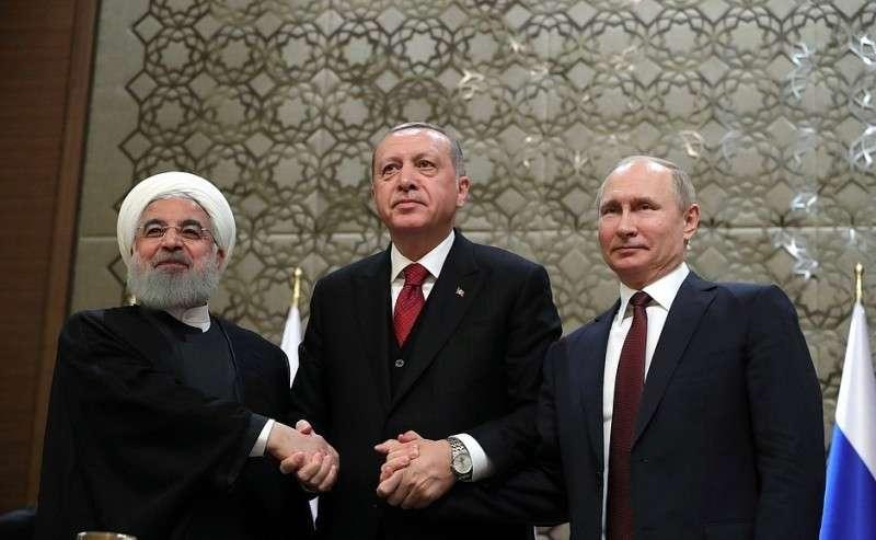 СПрезидентом Ирана Хасаном Рухани (слева) иПрезидентом Турции Реджепом Тайипом Эрдоганом напресс-конференции поитогам трёхсторонней встречи.